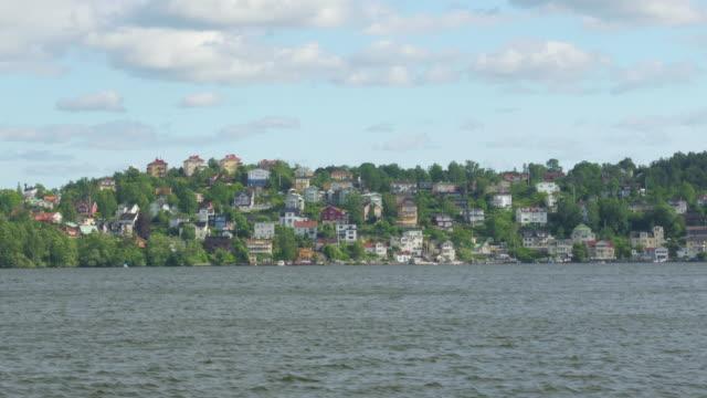 liten svensk by visa från fartyg ombord, nära stockholm i sverige - ferry lake sweden bildbanksvideor och videomaterial från bakom kulisserna