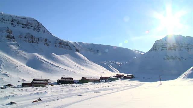 piccola città longyearbyen tra montagne innevate delle norvegese arcipelago delle svalbard all'inizio della primavera. - nord europeo video stock e b–roll
