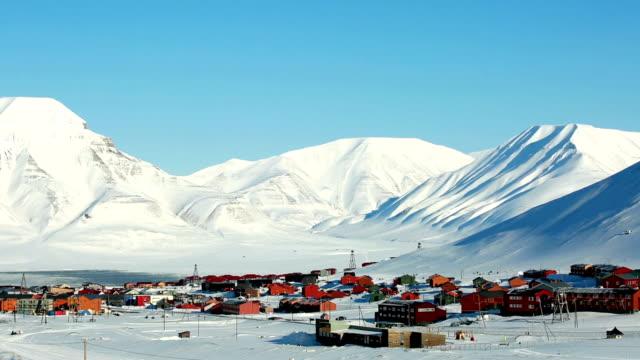 vídeos de stock e filmes b-roll de pequena cidade longyearbyen entre neve de montanhas norueguesa arquipélago de svalbard, no início da primavera. - isolated house, exterior