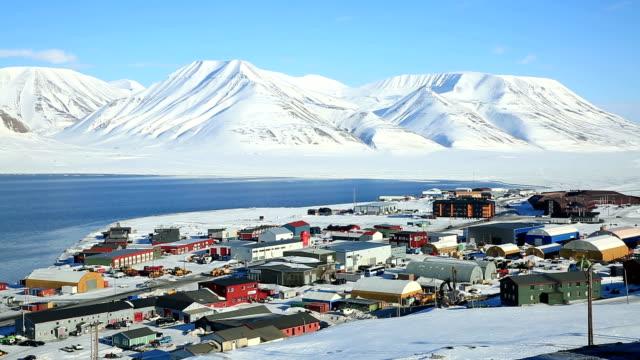 vídeos de stock e filmes b-roll de pequena cidade longyearbyen na região do oceano ártico entre neve de montanhas norueguesa arquipélago de svalbard. - isolated house, exterior
