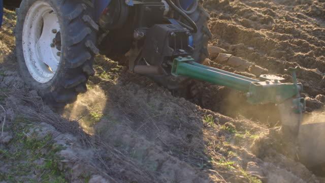 kleiner traktor pflüget das land - weißrussland stock-videos und b-roll-filmmaterial