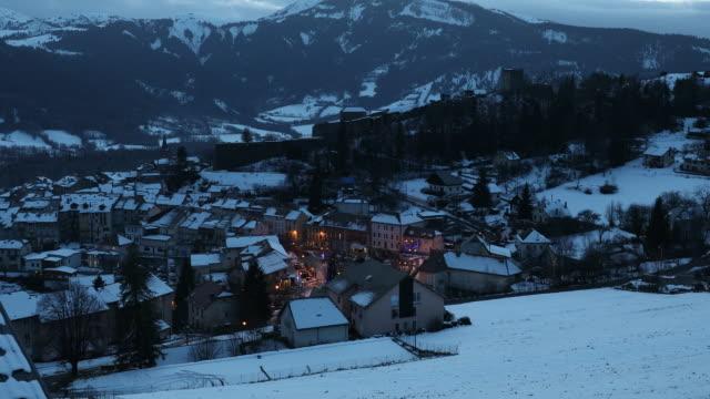 vídeos de stock e filmes b-roll de small village in winter at night - altos alpes