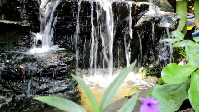litet vattenfall inrett i trädgården - stenhus bildbanksvideor och videomaterial från bakom kulisserna