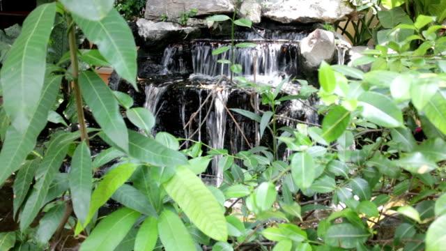 litet vattenfall i hem trädgård - stenhus bildbanksvideor och videomaterial från bakom kulisserna