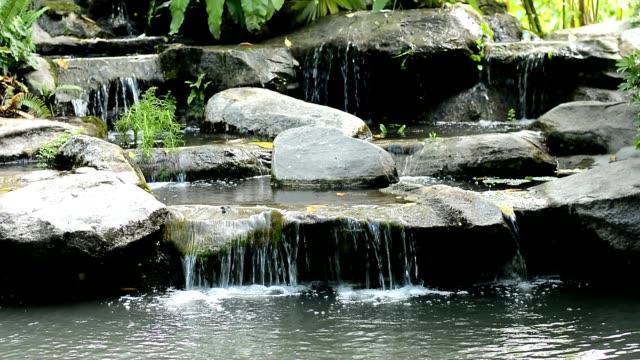 在公園裡的小瀑布 - 池 個影片檔及 b 捲影像