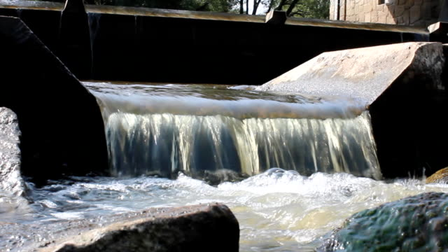 Small weir in detailed weiv video