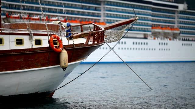 vídeos y material grabado en eventos de stock de pequeña gran barco crucero yate frente a - anclado