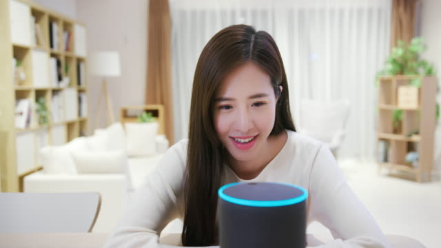 smart ai speaker concept - assistente virtuale video stock e b–roll