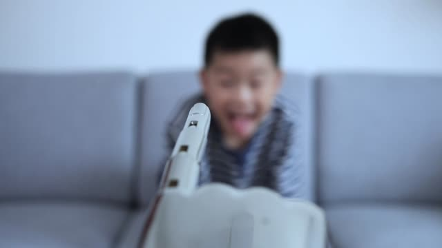 ロボットの指に触れるスマート少年 - 指点の映像素材/bロール