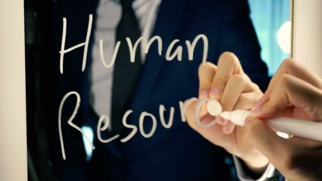 vídeos de stock, filmes e b-roll de homem de negócios inteligente, escrever a palavra recursos humanos no quadro espelho - texto de negócios e o recrutamento, o conceito de busca de emprego - rh