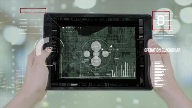 stockvideo's en b-roll-footage met slim apparaat navigator big data iot internet van ding technologie, monitor scherm met stadskaart radar zoeken richting routekaart. - roadmap