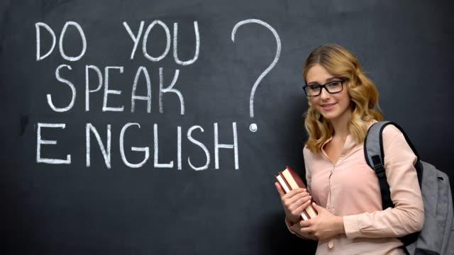 smart girl frågar talar du engelska, språkkurser med infödda talare - stavning bildbanksvideor och videomaterial från bakom kulisserna