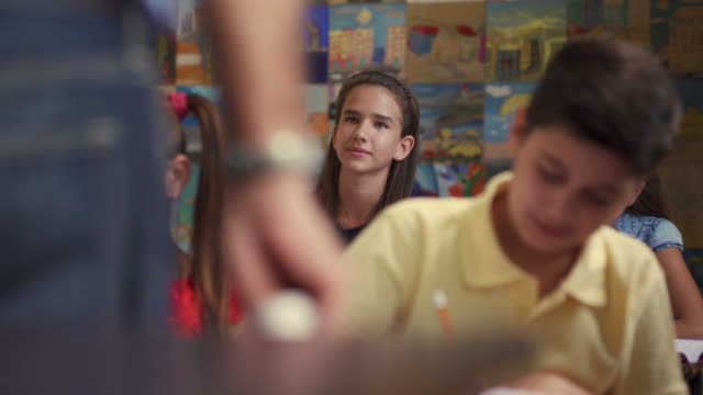 vídeos y material grabado en eventos de stock de chica inteligente levantando la mano y haciendo preguntas en la escuela - escuela media