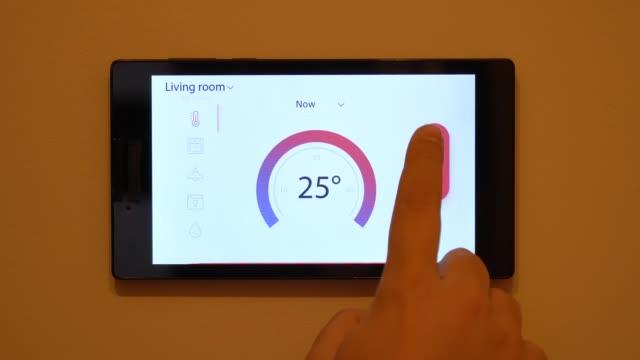 壁のスマートホームの気候制御装置 - コントロール点の映像素材/bロール