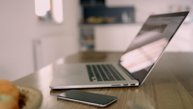 cu スマート フォンとラップトップ テーブルの上 - テーブル 無人のビデオ点の映像素材/bロール