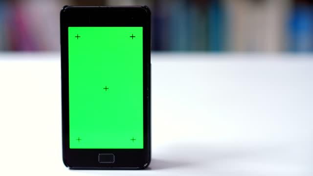 スマート フォン クロマ キー追跡 - テーブル 無人のビデオ点の映像素材/bロール