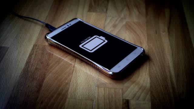 vídeos de stock, filmes e b-roll de telefone inteligente totalmente carregado - carregamento atividade