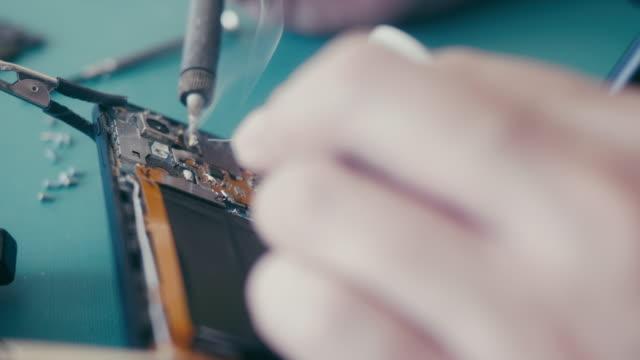 vídeos de stock, filmes e b-roll de reparo esperto do telefone de diy - servidores