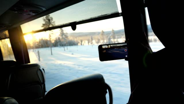 smart-phone video läuft auf dem schnee bedeckten straße mit reifen auf einem baum im winter in arjeplog, schweden verfolgt gedreht - kieferngewächse stock-videos und b-roll-filmmaterial