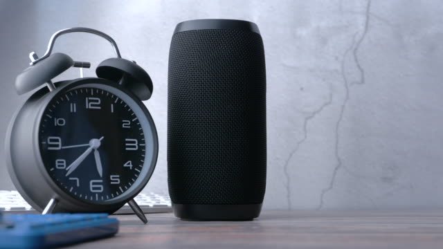 smart speaker - assistente virtuale video stock e b–roll