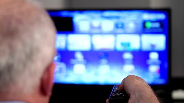 stockvideo's en b-roll-footage met smart tv and senior man hand pressing remote control 3 - omgeving
