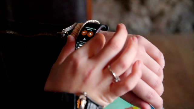 vidéos et rushes de montre intelligente sur la main de femme, close up-b roll - industrie électronique