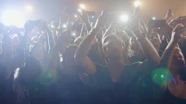 コンサートでスマート フォン - 観客点の映像素材/bロール