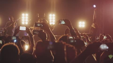 smartphone al concerto - filmare video stock e b–roll
