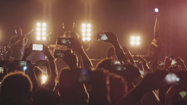 콘서트에서 스마트폰 - 영화 촬영 스톡 비디오 및 b-롤 화면