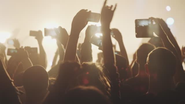 smartphone bei konzert - musikfestival stock-videos und b-roll-filmmaterial