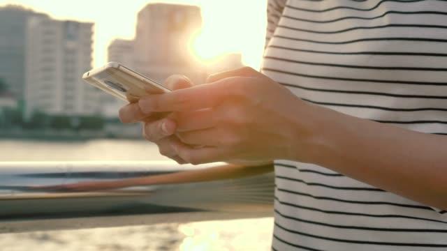 smartphone girl outdoors - podnosić filmów i materiałów b-roll