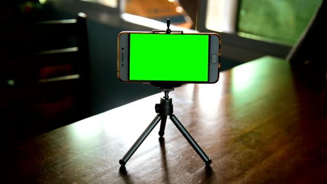 vidéos et rushes de téléphone intelligent sur un trépied - photophone