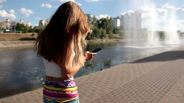 vídeos de stock e filmes b-roll de smartphone slipping from woman's hand on street - rachado