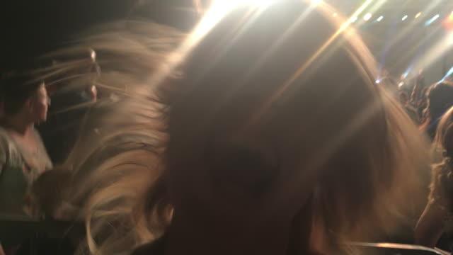 smartphone video av en kvinna som skrattar åt en konsert - 35 39 år bildbanksvideor och videomaterial från bakom kulisserna