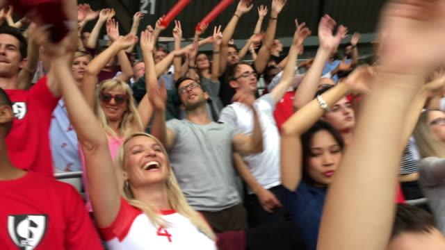 サッカーの試合で応援する人たちのスマート フォン動画 - 応援点の映像素材/bロール