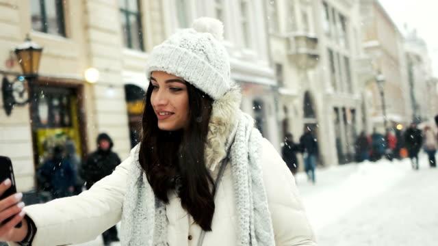 smartphone kvinna tar selfie självporträtt foto lycka, sportlov, jul, drycker och människor-konceptet - delstaten tyrolen bildbanksvideor och videomaterial från bakom kulisserna