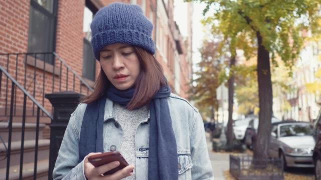 junge frau im freien smartphone. - online dating stock-videos und b-roll-filmmaterial