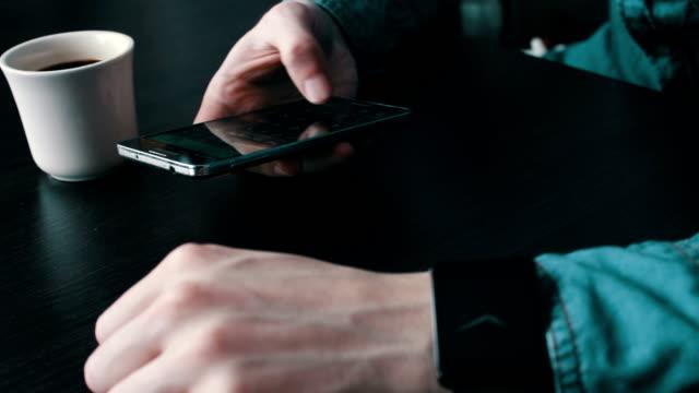 smartphone's calculator count - giuntura umana video stock e b–roll