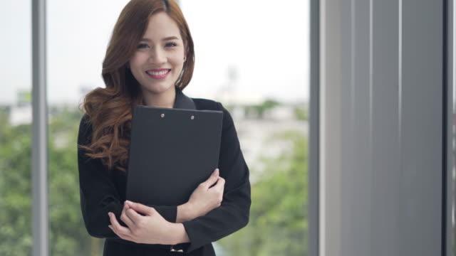 彼女が幸せを感じて笑顔ビジネスの女性と思う成功新しいアイデア プロジェクト デザイン ビデオ