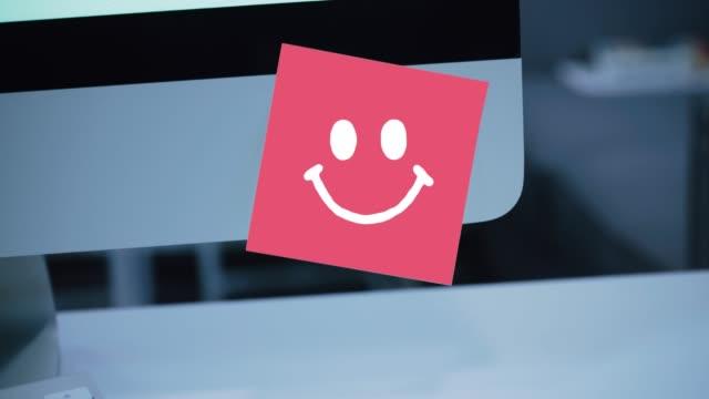 lächeln charakter. lächeln zeichnung auf aufkleber auf monitor - smiley stock-videos und b-roll-filmmaterial