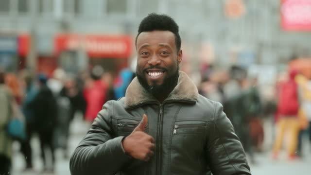 stockvideo's en b-roll-footage met glimlach man. duim omhoog. gebaar goedkeuring weergeven. zoals aanbeveling. gelukkige mensen. - afro amerikaanse etniciteit