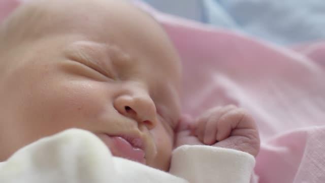 vidéos et rushes de sourire de toucher les lèvres de dormir bébé fille - 0 11 mois