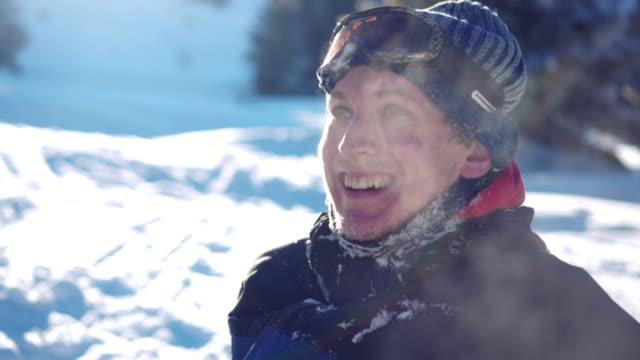 vídeos y material grabado en eventos de stock de sknowboarder sonrió - frío
