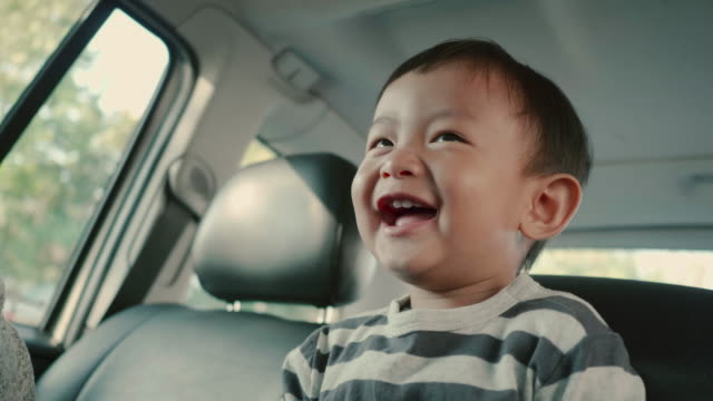 vídeos de stock, filmes e b-roll de menino sorriu da criança - veículo terrestre
