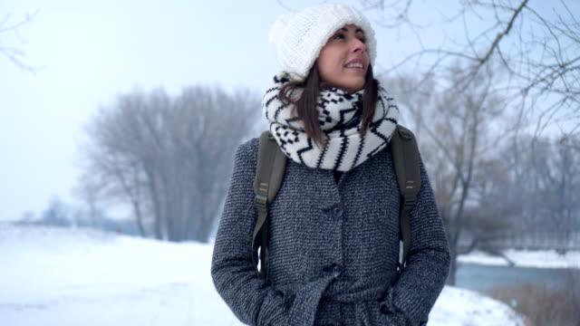 Lächelte Frau im Winter-Spaziergang – Video