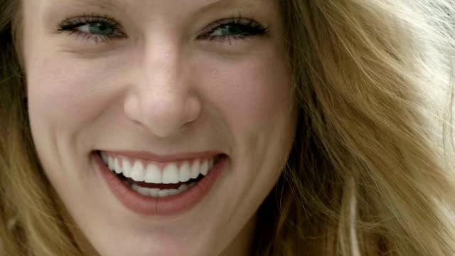 stockvideo's en b-roll-footage met lachebekje - blond curly hair