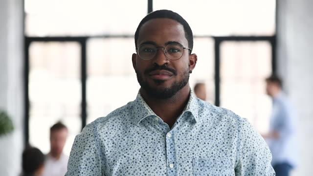 vídeos y material grabado en eventos de stock de retrato de primer plano de empresario afroamericano sonriente - transparente