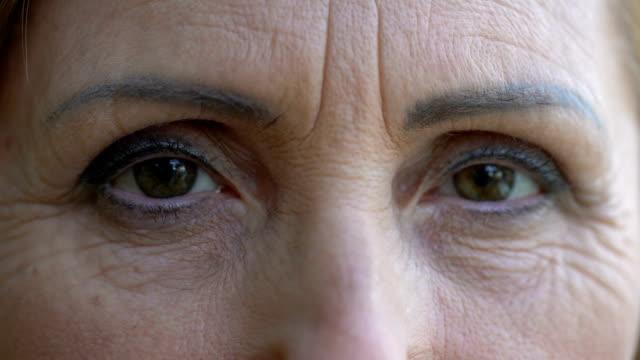 stockvideo's en b-roll-footage met lachende vrouw kijkt achterkleinkinderen buiten spelen, close-up leeftijd - bewondering