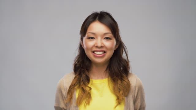 笑顔のアジアの女性やビデオブロガーの話 - スタジオ 日本人点の映像素材/bロール