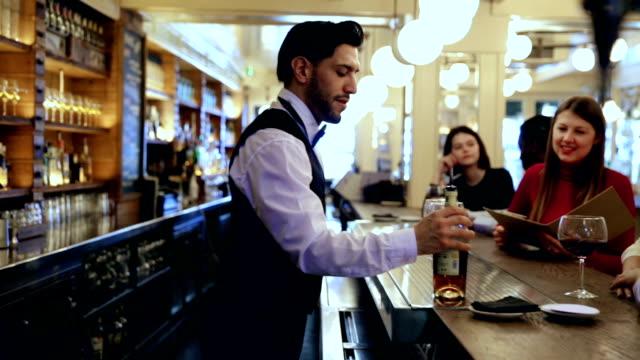 Sorrindo derramando bebidas barman - vídeo